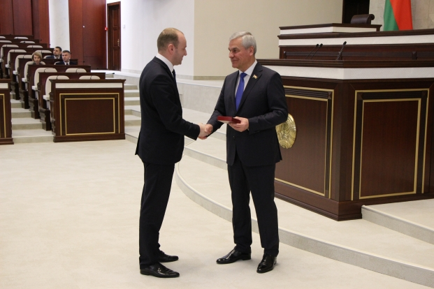 Церемония вручения депутатам нагрудных знаков и удостоверений председателем Палаты представителей Национального собрания Республики Беларусь седьмого созыва